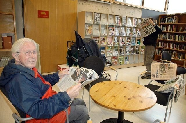 Egil Berg er stamkunde og stortrives i nye Bøler bibliotek.