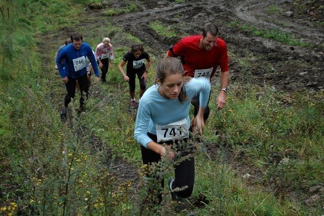 Den første bakken i løpet, som er på 2,67 km og har en høydestigning på 405 meter, er kanskje det bratteste partiet. Her ser vi Helene B. Lund-Johansen (fremst), Håvard Bakken, Marianne Følling, Markus Vold og Margrethe Meo.
