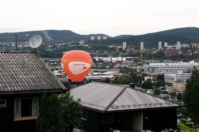 Kongle: Ballongen gikk så lavt at de kunne plukke kongler underveis.Foto:Evine Skoglund