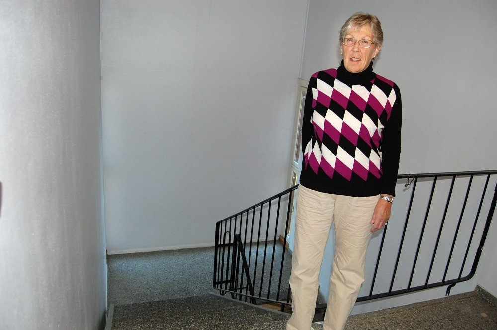 Inger Teien skulle ønske at tilskudd til installering av heis i boligblokker fantes. – Med heis kan flere pleietrengende bo hjemme lenger. Det sparer kommunen penger på, sier hun.