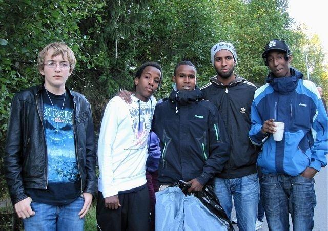 Mange grupper tok i et tak under ryddestafetten på Mortensrud. Her f.v.: Nocolay, Marcelo, Mohammed, Abdi og Ayubi.