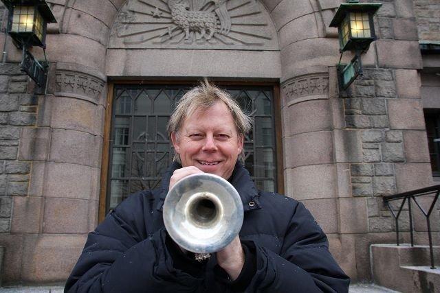 Ole Edvard antonsen synes det er noe helt eget med å spille i kirka. – Jeg får mer julestemning i kirkerom enn i kulturhus, forteller han.
