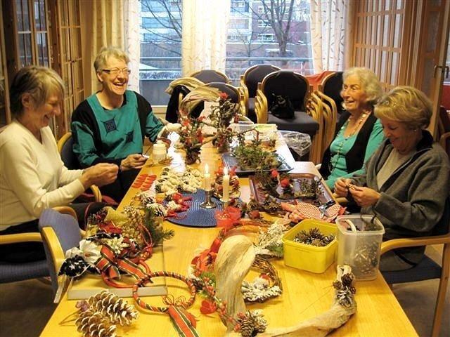 Rigmor Guthaug, Gunhild Busch, Inger Langerud og Ellen Wright med hjemmelagde juledekorasjoner.