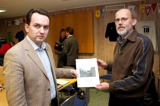 Handlingsplan: Ole Søberg overrakte Bjørndals handlingsplan til byrådsleder Stian Berger Røsland da han mandag var på besøk. Foto: Arne Vidar Jenssen