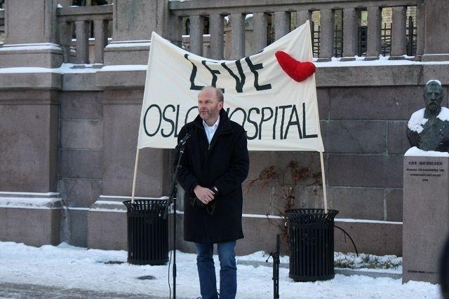 Psykiater og forfatter Finn Skårderud deltok med appel til støtte for Oslo Hospital foran Stortinget.