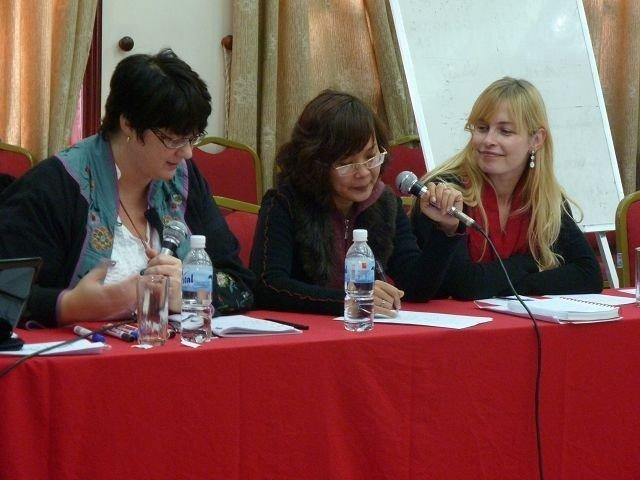 Anne Cathrine Berger (til høyre) har kurset vietnamesiske kvinner i hvordan de kan komme seg inn i politikken.