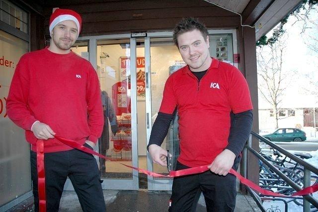 Butikksjef John Inge Kristiansen og ass. butikksjef Charlie Bengtsson markerte gjenåpningen med snorklipping.