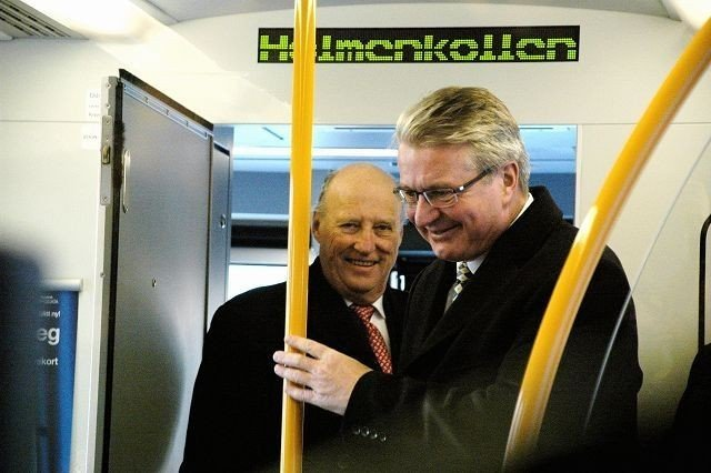 Ordfører Fabian Stang og kong Harald var med på gjenåpningen av Holmenkollbanen 6. desember. Nå skaper glatte skinner problemer på den nye strekningen.