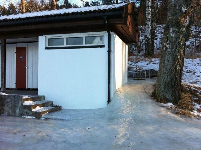 Ved dette toaletthuset i Hvervenbukta må man holde seg både her og der for å komme helskinnet forbi.
