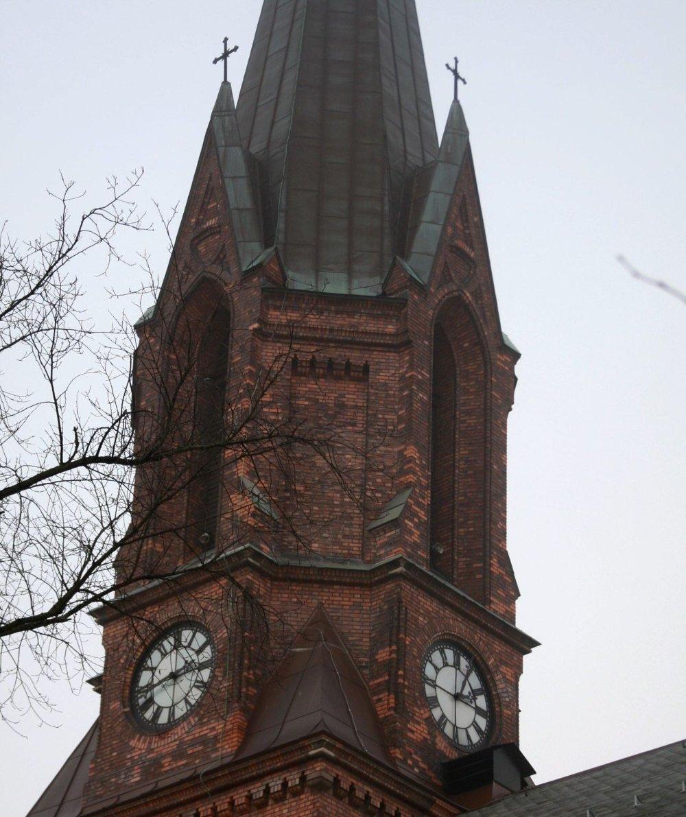 Beboer Rolf Melheim reagerer på det han anser som unødvendig støy fra kirketårnet på Jakobs kulturkirke hver søndag. Han mener bydelsoverlegen bør ta støyklagene på større alvor.