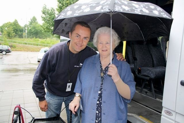 Esther Hvalsengen(85) gledet seg da Flexitransport og sjåfør Runar Gyllenhammer hentet henne. Nå er hun bekymret.