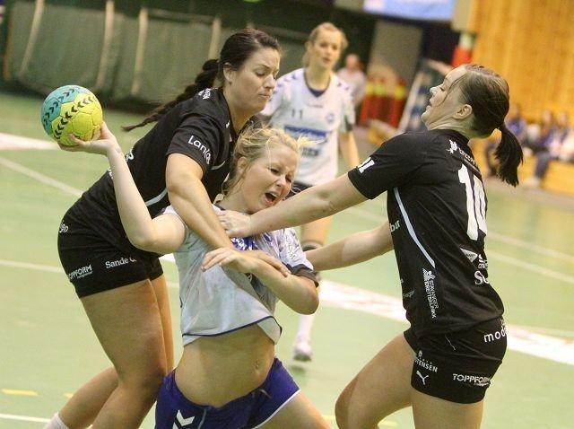 Tøffe tak: NIFs Maria Homme blir stoppet av Solas Vibeke Mæland (venstre) og Marianne Klepp Andersen - og får straffe. Foto: Arild Jacobsen
