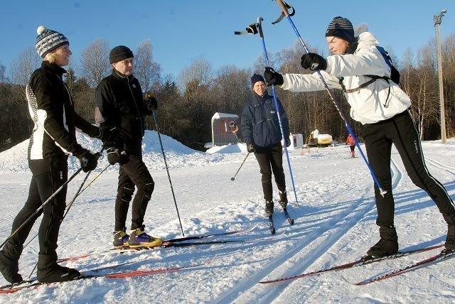 Anne Jahren (t.h) viser Benedikte Fossum, Erik Føhn og Monica Weisz noen hemligheter som hun har lært i løpet av sin fantastiske skikarriere.