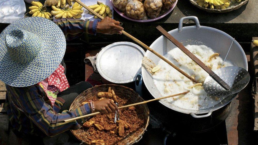 Det er på de fantastiske råvaremarkedene, som her på det flytende markedet Damnoen Saduak i Bangkok, at grunnlaget for den gode maten legges.