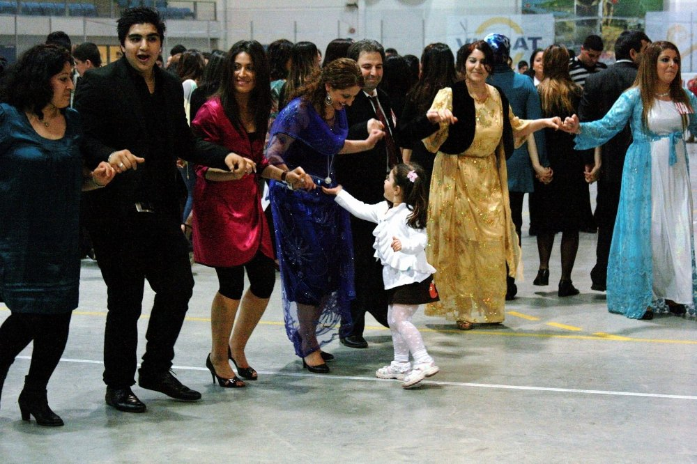 Bilde fra feiring av kurdernes Newroz i Furuset forum i 2009. Skrivemåten og feiringen varierer litt fra land til land, men den store nyttårsfesten er sentral i alle land som feirer Nawroz.
