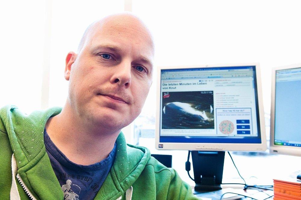 Sven Christian Stenvaag foran bildene han tok av isbjørnen Knut i det det stakkars dyret døde lørdag.
