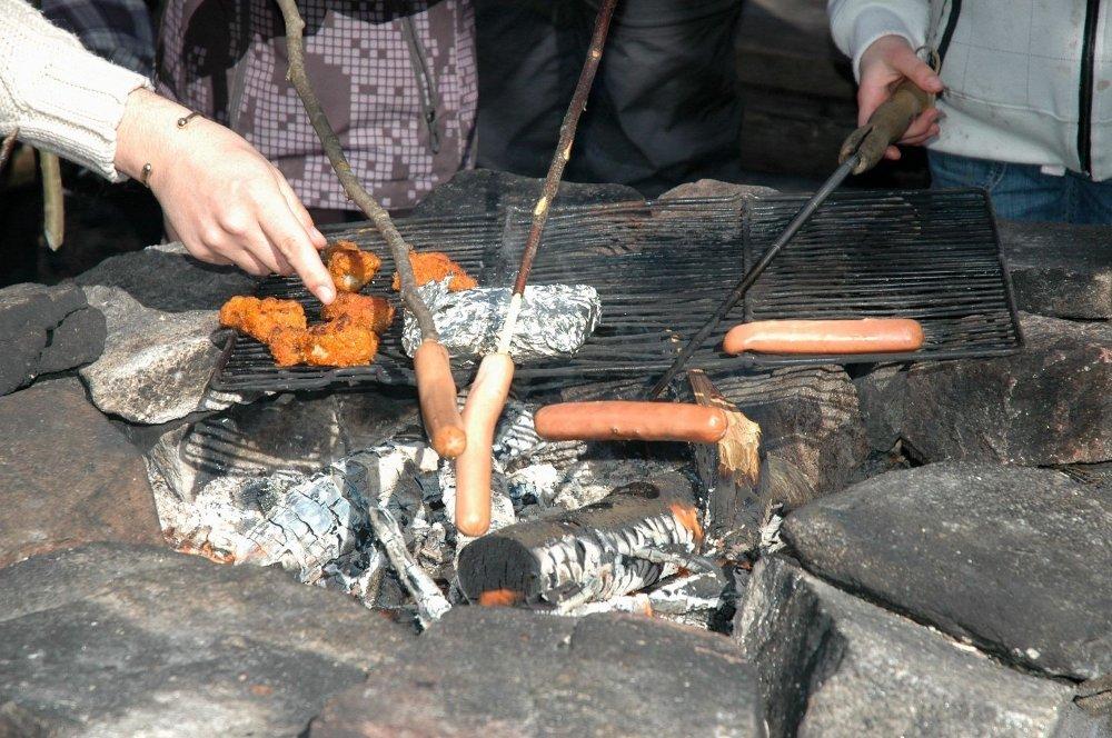 GRILLKOS: Det er både hyggelig og sosialt å grille, men husk at det er strenge restriksjoner på grilling i skog og mark.