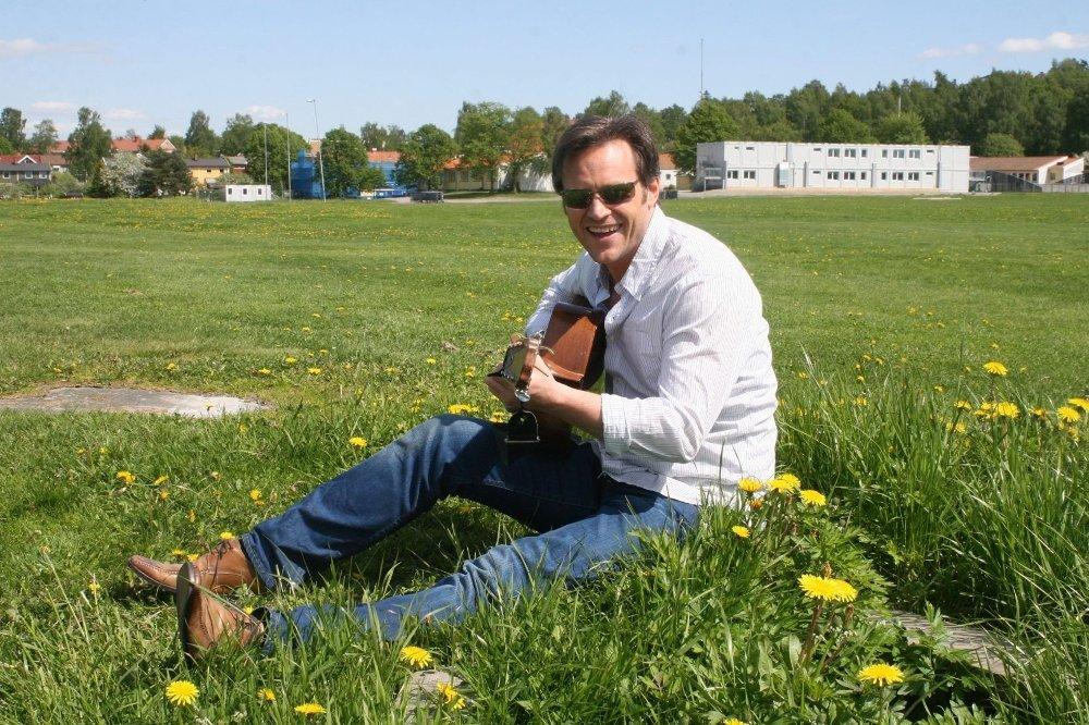MUSIKK I DET GRØNNE: Heine Totland har hatt stor suksess som artist de siste årene, og gitaren er blitt en trofast følgesvenn. Den utadvendte og allsidige entertaineren er også en hjemmekjær type og bor sammen med Silje Nergaard og døtrene på Bekkelaget. Der nyter han utsikten over fjorden og føler seg litt som vestlendingen han tross alt er.