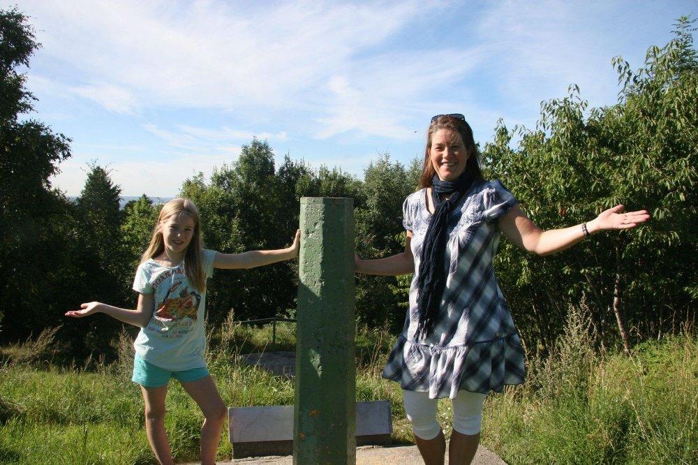 Ikke mye utsikt igjen over byen fra Tyskertoppen. Velleder Stine Grønvold med datteren Mari.