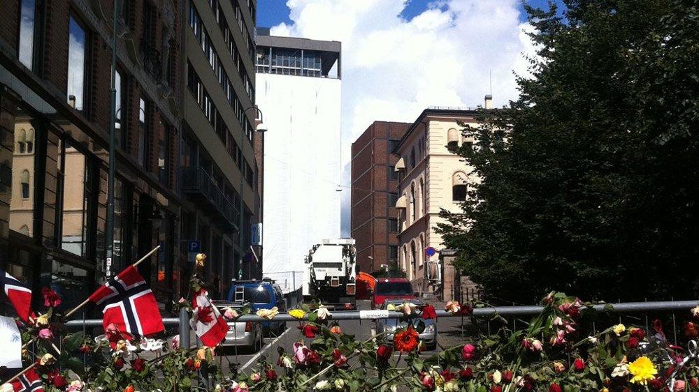 BLOMSTER: Mange har lagt hengt opp roser på sperringene inn til Regjeringskvartalet.