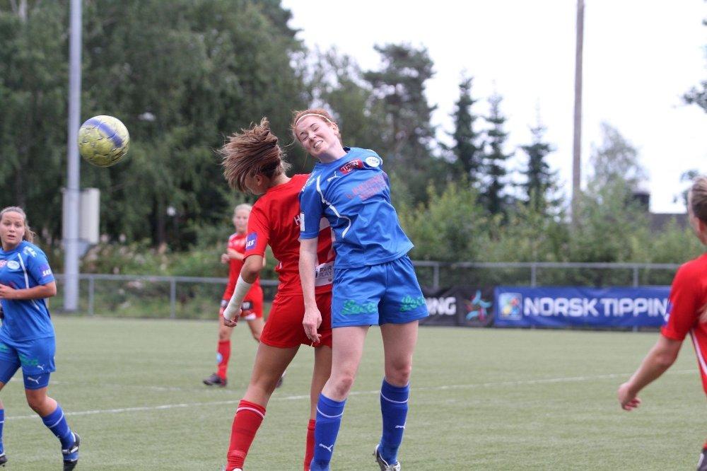 Nyttig tilvekst: Ane Strand Nilssen var hjemmelagets beste spiller mot serielederen fra Røa. Her vinner hun en av mange dueller mot Line Holter.