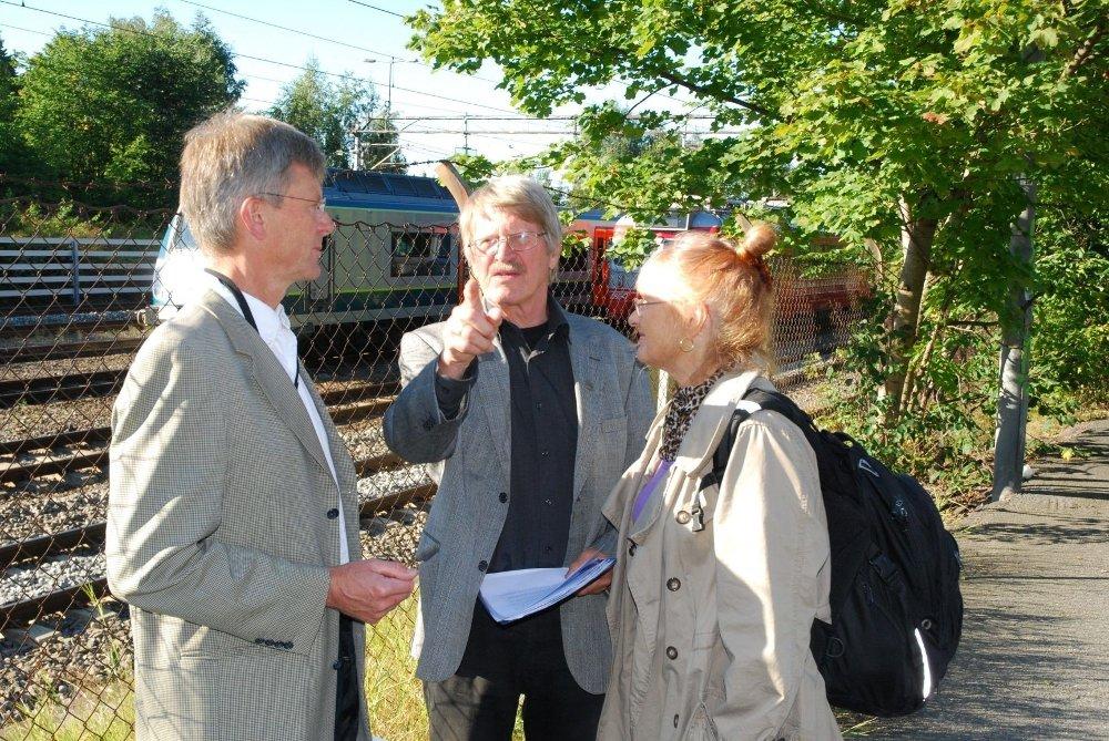 PROBLEMET: Leder av bydelsutvalget, Carl Oscar Pedersen, møtte beboerne Kjell Spigseth og Liv Eli Rønning, som forklarte hvor ille situasjonen rundt togoppstillingsplassen er.