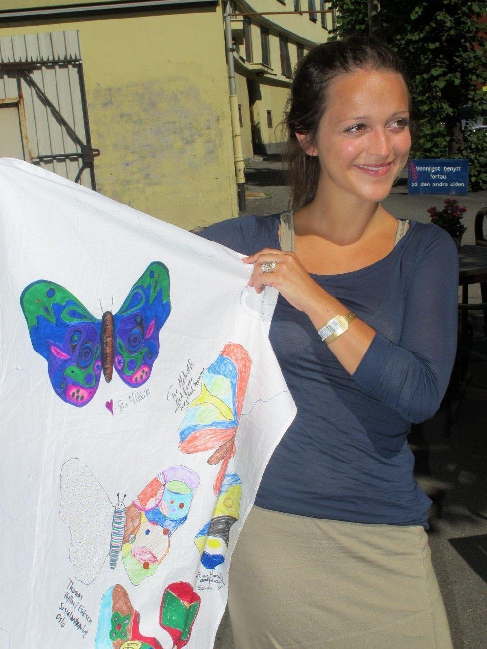 STØTTEFARGER: Siri Nilsen farger en sommerfugl for å vise sin støtte i Amnestys solidaritetskampanje i kampen mot abortforbud i Nicaragua.