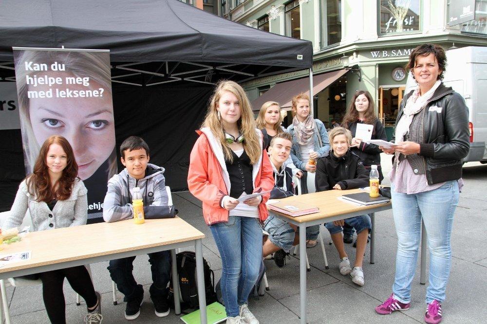 Hjelp oss: Lena Nordåk (i midten) var med skolevennene til Egertorget for å rekruttere leksehjelp. Det er Røde Kors som står bak tiltaket. – Ungdommene spør etter hjelp, og det vil vi skaffe dem, sier Maria Besseberg (t.h.) fra Røde Kors.