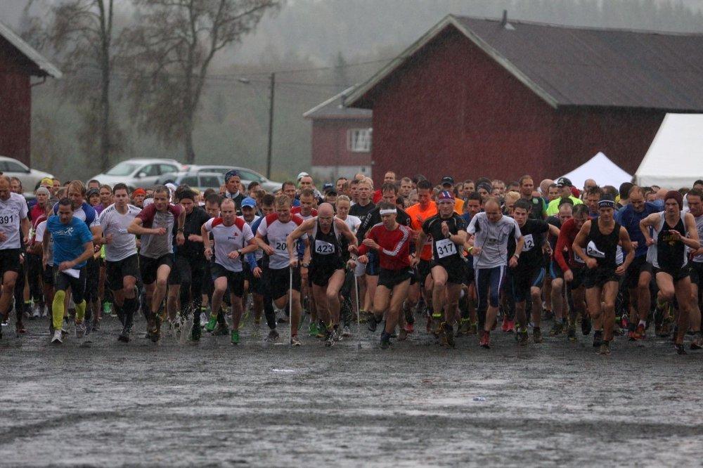 NY DELTAKERREKORD: Hele 529 løpere fullførte årets Sørkedalsløp i kraftig nedbør.