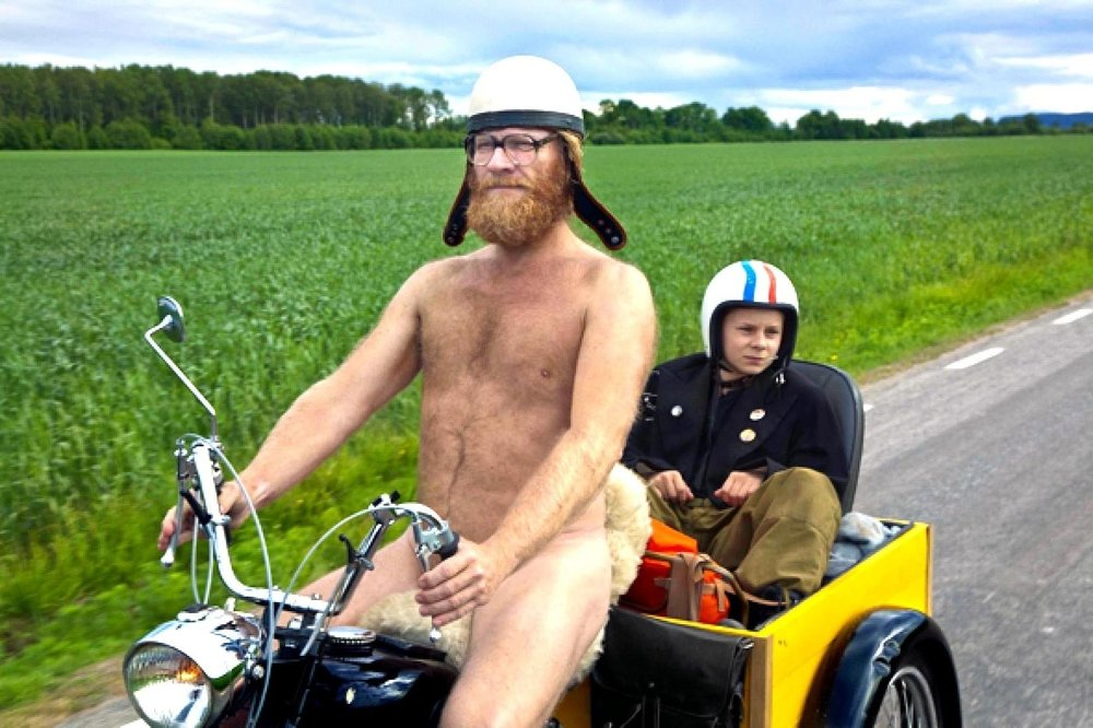 KONFLIKTFYLT: Konfliktfylt Sven Nordin og Åsmund Høeg spiller far og sønn i «Sønner av Norge». Forholdet er ikke alltid like harmonisk. Foto: Filmweb.no