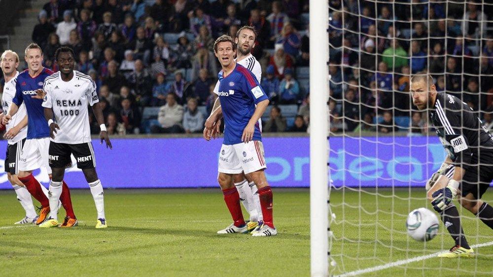 Vålerengas André Muri har stanget inn 1-0 i eliteseriekampen i fotball mellom Vålerenga og Rosenborg på Ullevaal stadion søndag