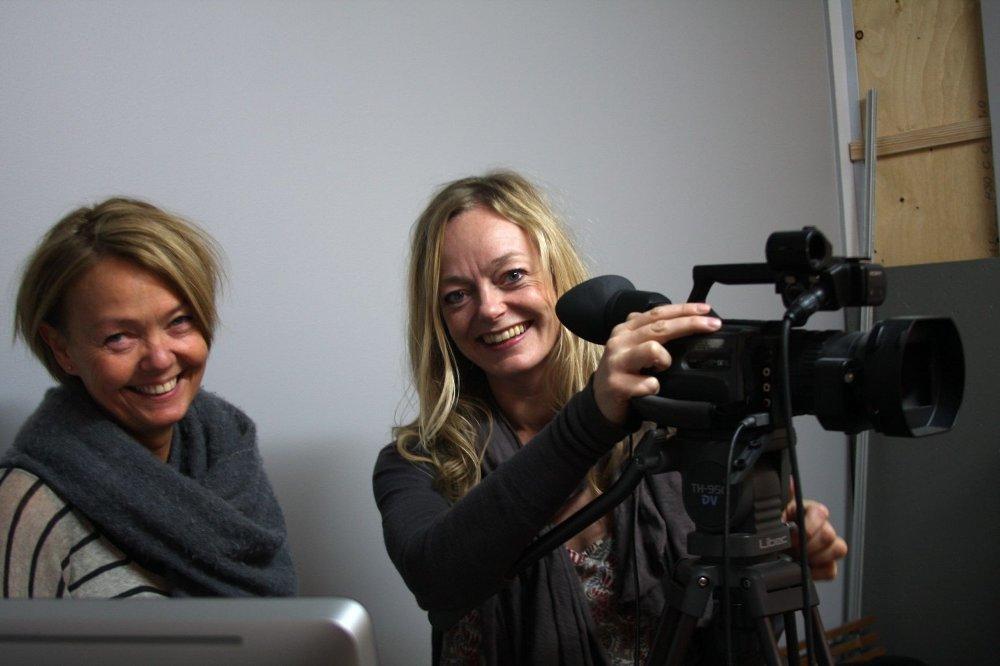 KLARE FOR OPPTAK: Mette Holme Nielsen og Bellinda Sørensen er glade i både folk og film, og tar gjerne imot flere spillelystne.