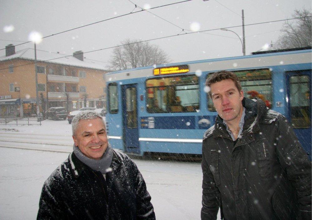 MØTEPLASS: Grefsenplatået blir Nordre Akers første plass ut som «torg og møteplass» i henhold til kommunedelplanen. Her fra plassen i snøføyka, til venstre Bent Gether-Rønning (H) og Erik Skei (V.)