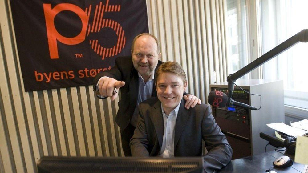 P4 sjef og P5 eier Kalle Lisberg og kanalsjef Kenneth Andresen (foran) i P5 studio i Oslo.