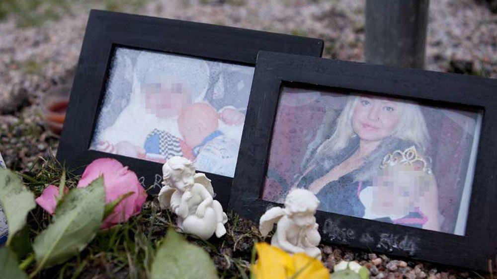 Bilde av Kjærsti Elida Guseck og hennes ni måneder gamle datter er satt opp ved sammen med blomster og lys utenfor leiligheten i Arboga i Sverige hvor de to ble funnet døde. Politiet etterforsker saken som drap.