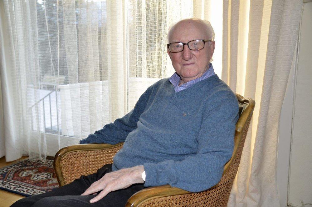 FORNØYD: Leif S. Tollefsen sitter hjemme i huset sitt på Nordstrand. Han trives godt med livet og tar seg gjerne en tur ut for å gjøre litt hagearbeid.