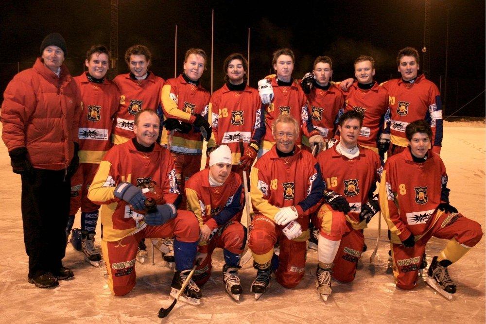 Senior i midten: Med fire hundre kamper bak seg, er Lars Buer (i midten, foran) Røas mes erfarne, og eldste, spiller. Foto: Gunn Benjaminsen