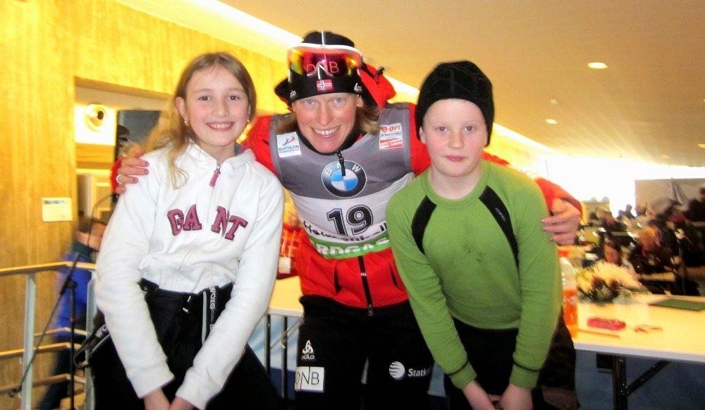 MØTTE STJERNENE: Katharina Schei Løseth og Andreas Kolderup Eidsvig storkoste seg i pressesenteret i Kollen, her med selveste Tora Berger, som gikk inn til tredjeplass denne torsdagen.