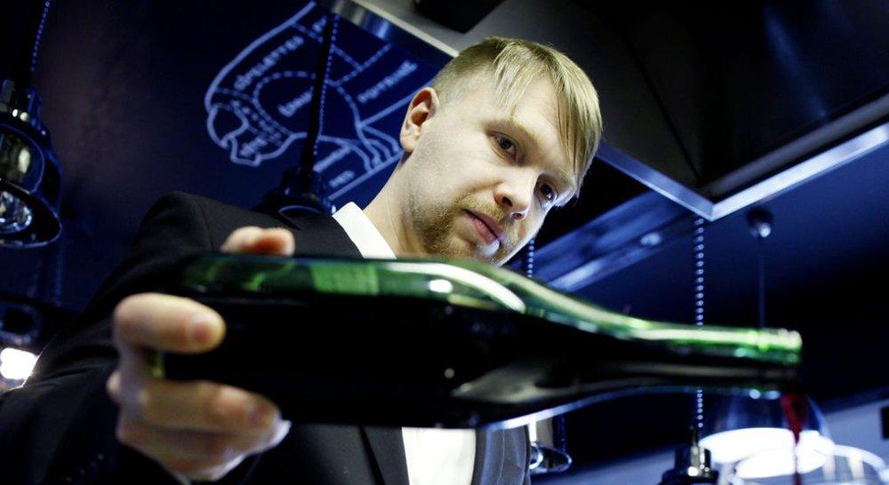 Robert Lie er daglig leder ved restauranten Grefsenkollen. Han er vinkelner og har vunnet fire NM, ett EM og ett nordisk mesterskap i vinkelnerfaget.