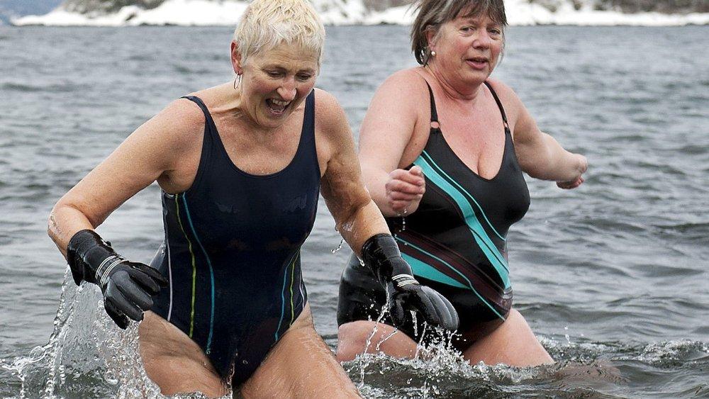 Eva Beenfeldt (t.v.) og Sidsel Hauff lar seg ikke skremme av vinter og snø. Bades skal det!