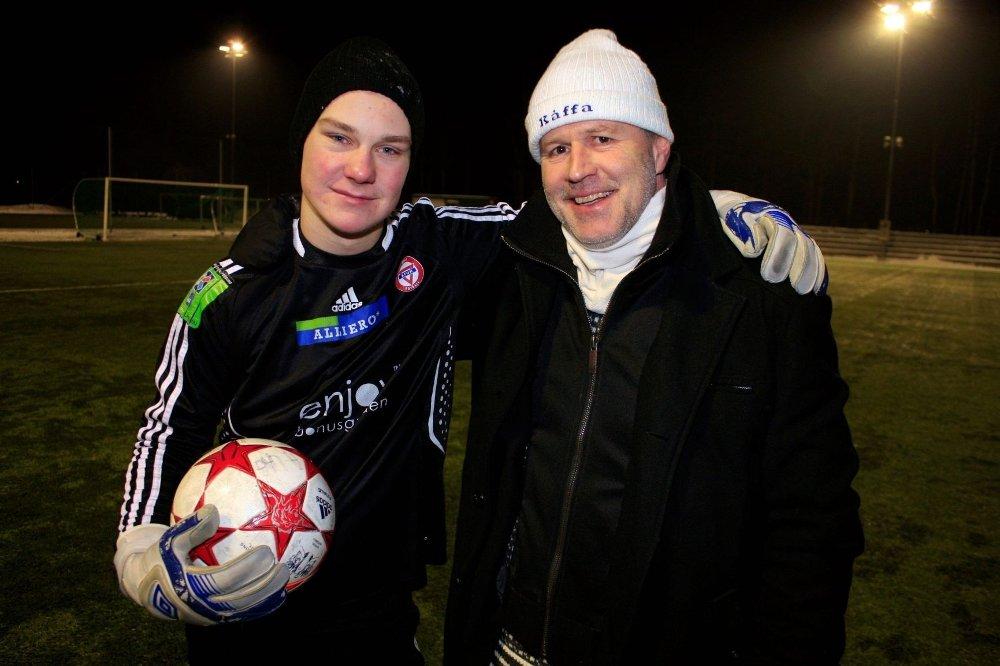 GOD STØTTE: Daglig leder i «Kåffa» og tidligere toppspiss, Eivind Arnevåg, tok et godt tak rundt Mattis Nordahl (16) etter treningskampen tirsdag kveld.