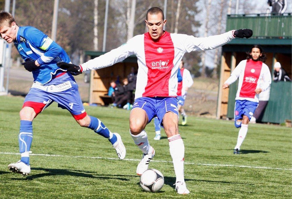 STERK TEKNIKKER: Tor Øyvind Reinemo viste tidvis gode tendenser i lørdagens treningskamp på KFUM Arena. Her vinner «Kåffa»-spissen en duell mot Lillehammer-kaptein Magnus Breiland.