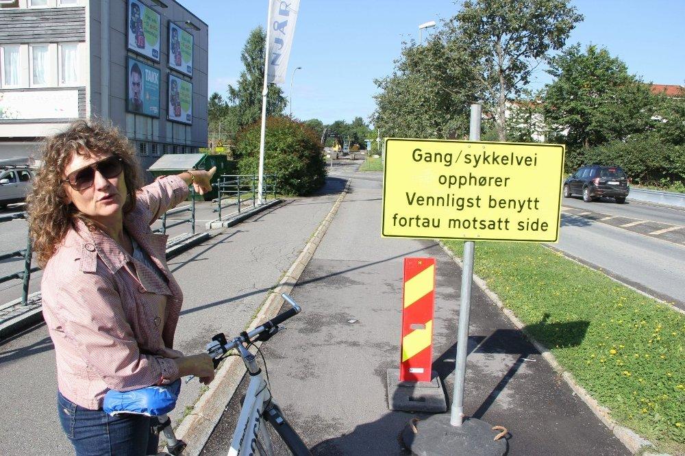 HVORFOR? Fra Njårdhallen og til ambassadetomtens yttergrense er gang- og sykkelveien stengt. Hege Elisabeth Øren vil vite om dette er nødvendig, hvorfor det ikke forhåndsvarsles og påpeker elendig erstatning.