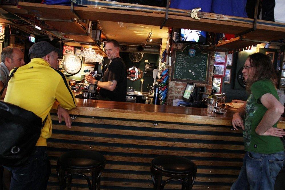 JA TIL BLEST: Kjell Grønningen i baren på Bohemen tror John Carew kan skape etterlengtet blest rundt Vålerenga. Svein Erik Bakke og Thomas Johannessen (i forkant) er enige og ønsker spissen velkommen.