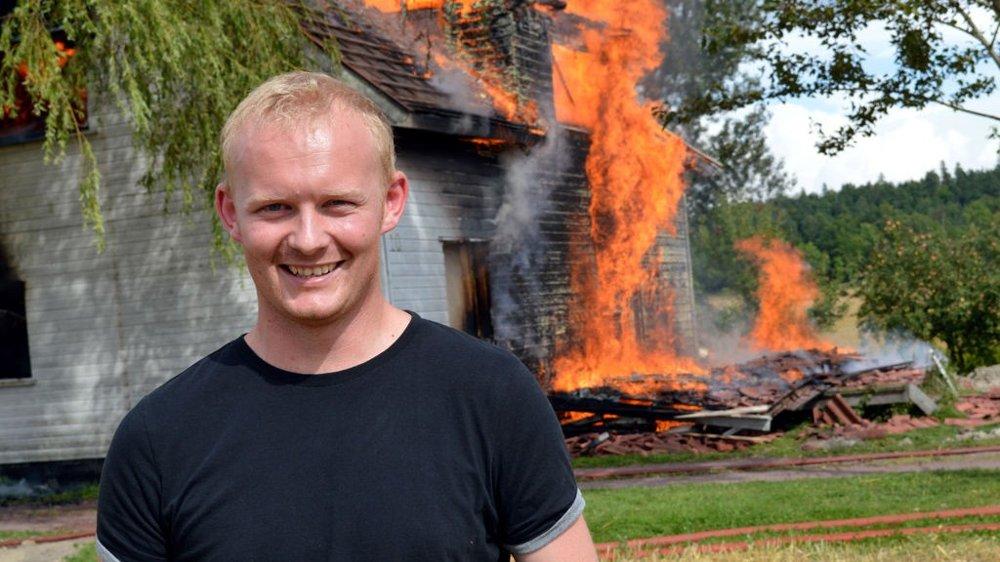 André Reggestad skal bygge nytt hus, men gadd ikke rive det selv. Derfor fikk brannvesenet sette fyr på det.