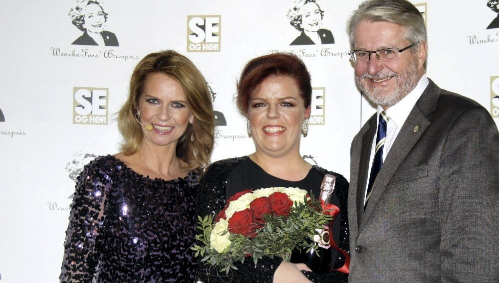 SPØKEFULL VINNER: Else Kåss Furuseth sparte ikke på kruttet da hun mottok Wenche Foss' Ærespris 2012 av Se og Hør-redaktør Ellen Arnstad og ordfører Fabian Stang.