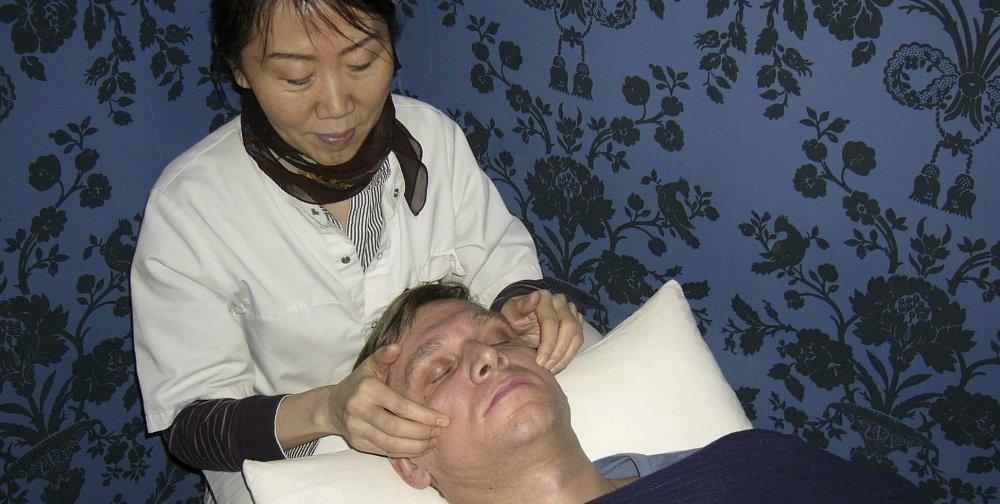FIKK LIVET SNUDD OM: Doktor Fang Luos ekspertise innen akupunktur og massasje har hjulpet mange pasienter med kroniske sykdommer og plager. Przemyslaw Gilewicz er sjeleglad for at han tilfeldigvis fant veien hit etter 20 års plager med en kronisk tilstand av nesebetennelse som syntes uhelbredelig. Foto: Liv H. Andreassen