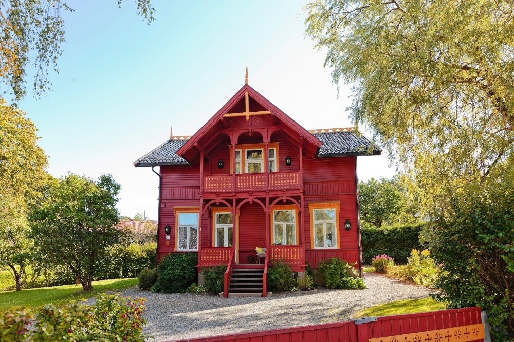 SOLGT: Etter en budrunde mellom tre personer endte salget av denne sveitservillaen i Rosendalsveien 1,2 millioner over takst.
