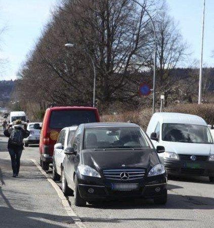 PASSERING: Ikke plass til to biler å passere hverandre i Blåsbortveien, når det står tett i tett med biler langs fortauskanten
