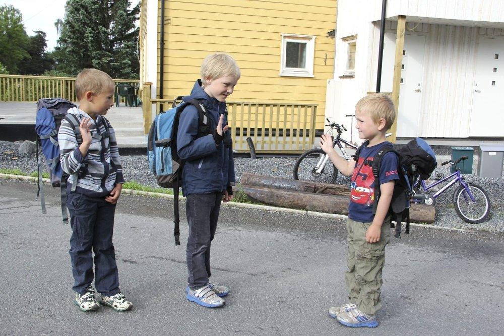 SLIK KAN DET BLI: Bestekompis Herman og storebroren Andreas kan rusle ned til skolen 250 meter ned i veien, mens Magnus må kjøres til Lysejordet skole to kilometer unna.